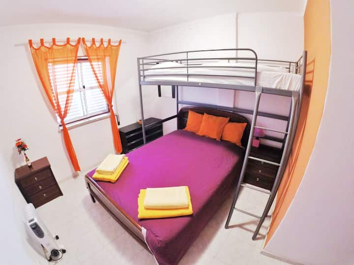 Orange Room - Goofy Guesthouse (Private Shower)