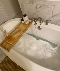 Luxury Private suite King size bed soaking tub