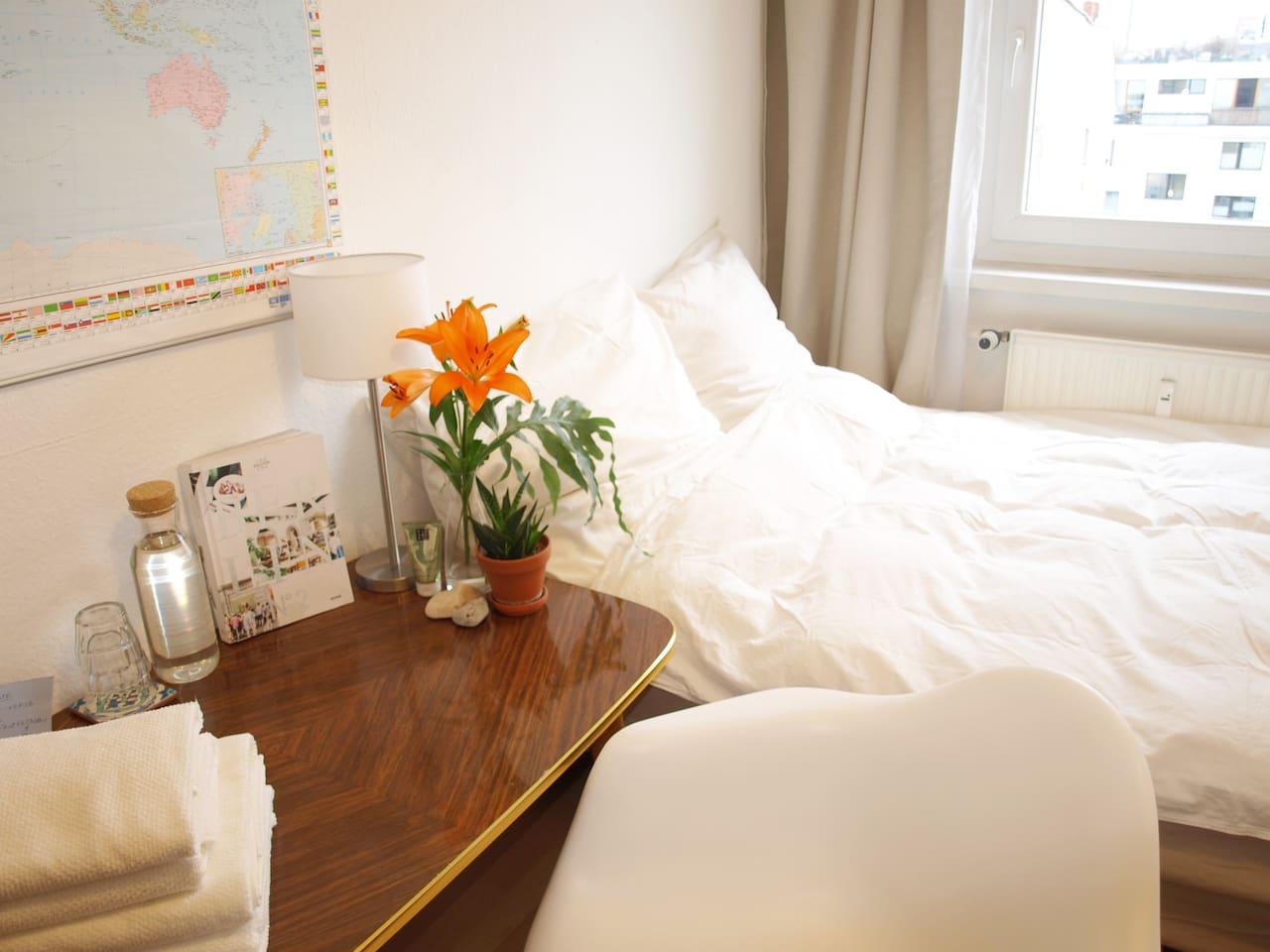 Dein gemütliches Zimmer direkt am Rosenthaler Platz! Ruhig, hell, warme Decken. Frische Handtücher!
