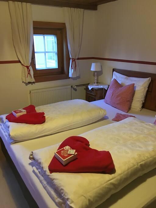 Das Schlafzimmer mit Doppelbett und 2 Kinderbetten