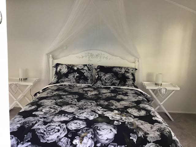 Luxury Queen bed in Hosted home