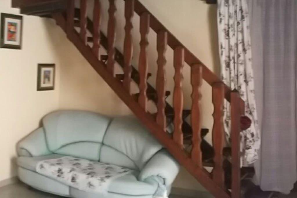 salotto con scala per camera da letto