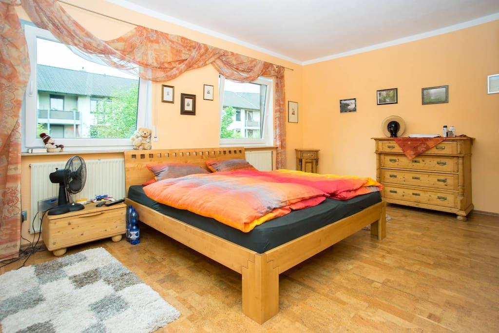 Schlafzimmer 1 mit Doppelbett 2x2 m, Wasserbett