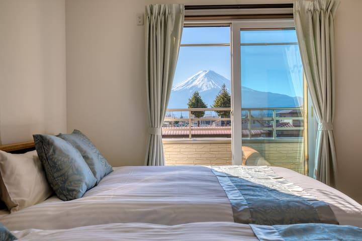 全室・ウッドデッキから絶景富士山!BBQ可。設備の整った一軒家貸切。河口湖まで徒歩10分