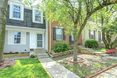 NEW! 3-story Townhome - Private & Sanitized, Self checkin. Quiet and safe neighborhood. Discounted during pandemic. Pet Friendly! Super-host support.
