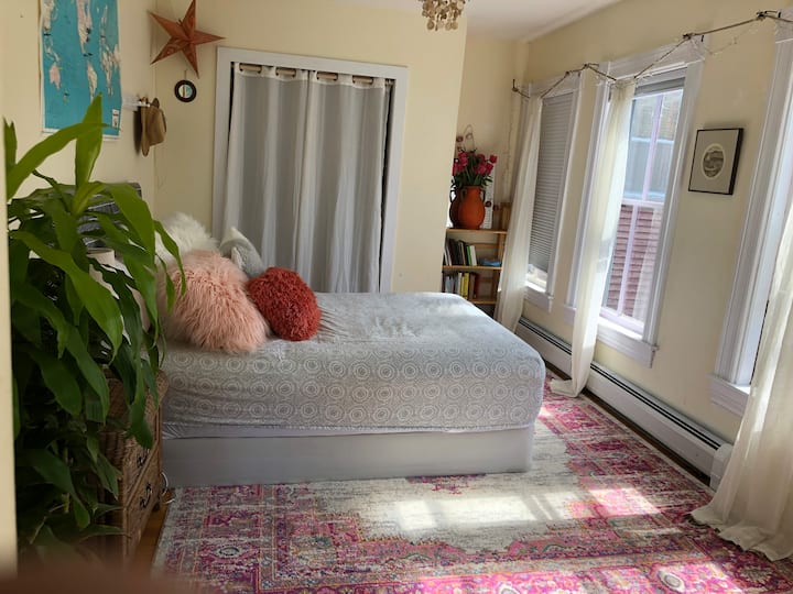 Sunny 2nd floor bedroom /FULL bed/Proctor area