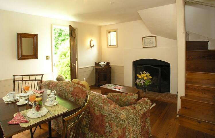 Fairy Hill Suite - Brampton Bed and Breakfast Inn