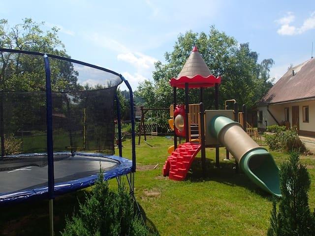 Chalupa pro rekreaci rodin s dětmi pro 27 osob.