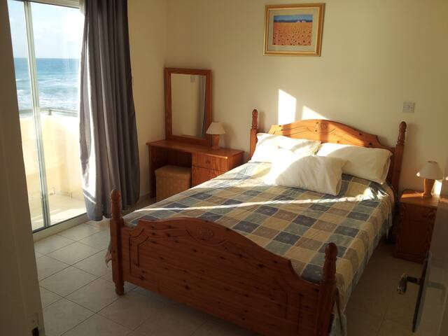 Main bedroom with balcony to the sea (winter photo)