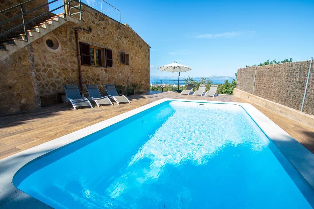 Terrace, pool and sea
