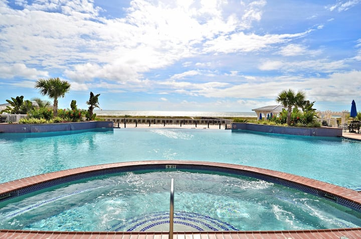 Pointe West-Seaglass Oasis: Huge Private Balcony, Community Pool & Lazy River!