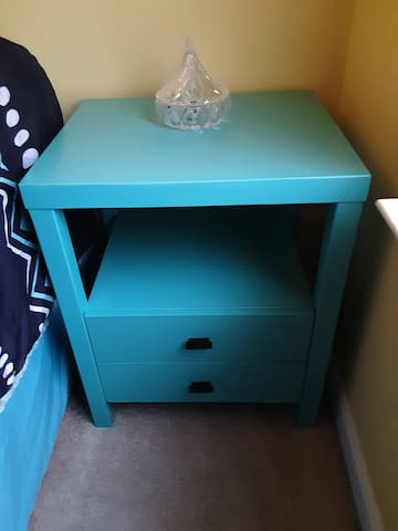 Newest addition to Dulles Airport Oasis!  A turquoise Leflore 2-drawer nightstand w extra space to store your belongings.    Discounts for multi-night stays in DEC-MAR'20.  Early booking discounts JAN- MAR'20.