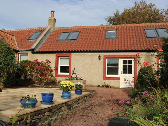 ROSE COTTAGE, pet friendly, with a garden in Coldingham, Ref 968280