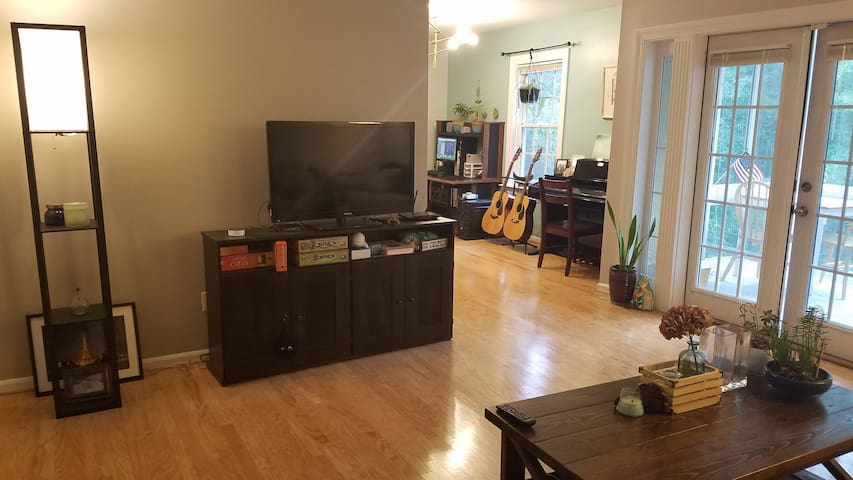 Shared living room w/ TV, board games, guitars, piano, desk/computer - make yourself at home, use what you like!