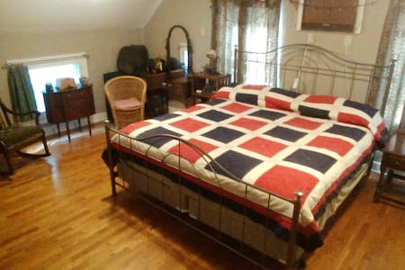 Upstairs Bedroom in a comfy Cape Cod - King bed. - East Lansing