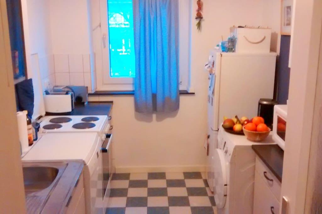 Küche mit Kühlschrank, Mikrowelle, Toaster, Herd und Wasserkocher zur Mitbenutzung