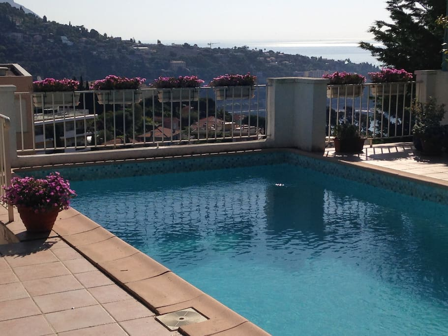 The pool with sea view.