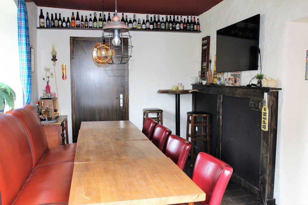 Eetcafé met veel zitruimte, discoverlichting, smart-tv voor presentaties of internet