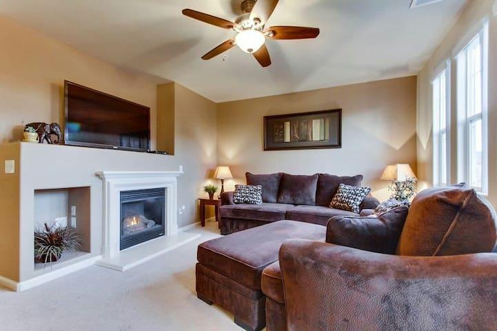 Luxury Bedroom Townhome - Fresno - Apartment