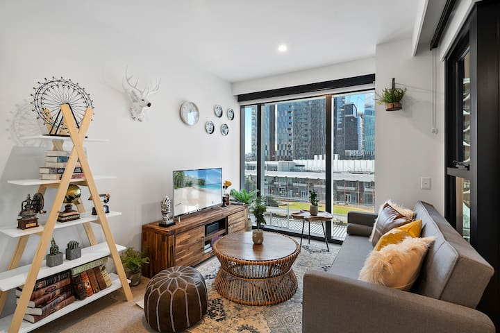 Designer Apartment with Free Tram, Gym and Pool