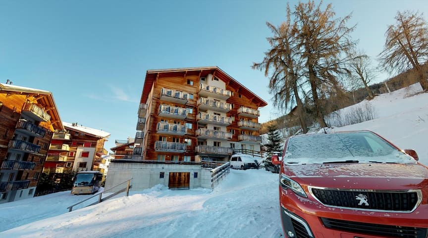 1 Bedroom apartment for 4 people 34m², situated on the piste and 150m from the resort's shops and restaurants.
