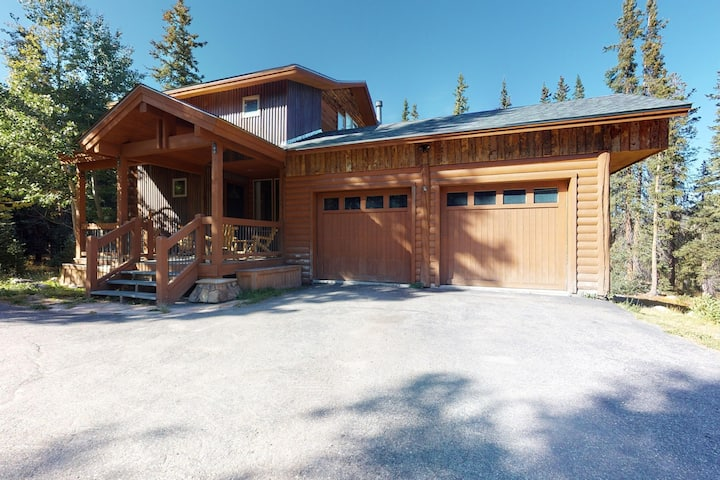 Stunning mountain cabin w/ new hot tub, cozy fireplace & outdoor firepit