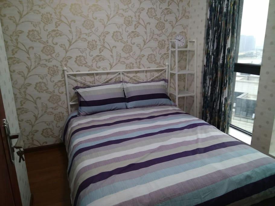 舒适的宜家钢架床,柔软的床垫,让您的旅途疲惫一扫而空