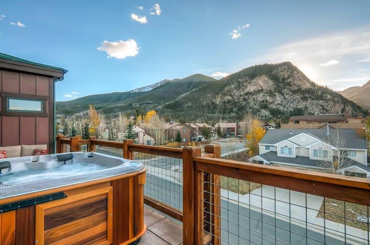 Sleek 3BR, 3BA w/Hot Tub, 3 Patios, Mountain Views