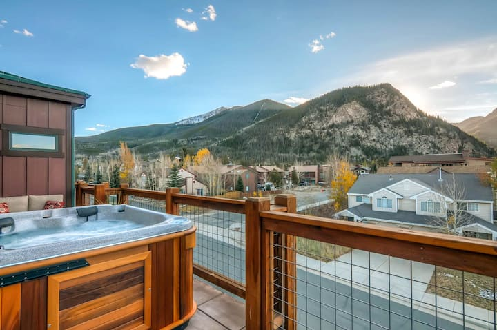 Sleek Mountain-View Condo with Hot Tub & 3 Patios