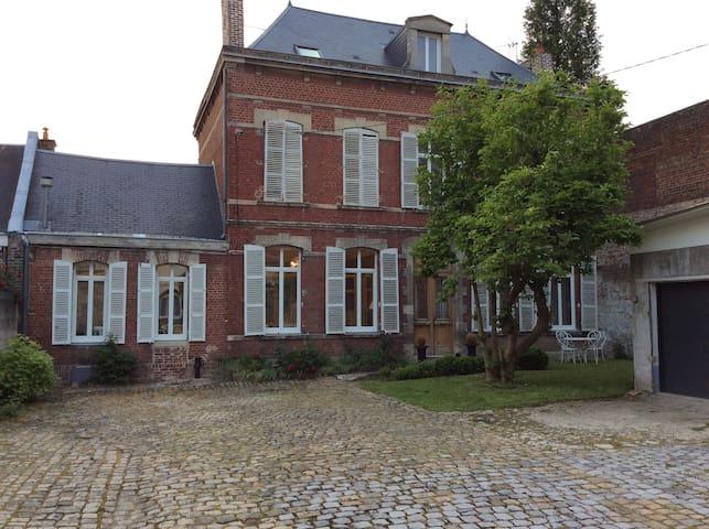 Grande maison bourgeoise centre ville tout confort - Saint-Quentin - Huis