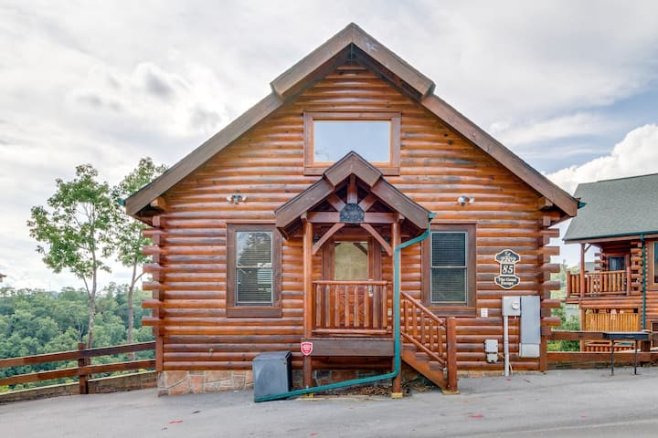 Beautiful log cabin with mountain views, private hot tub, & shared pool