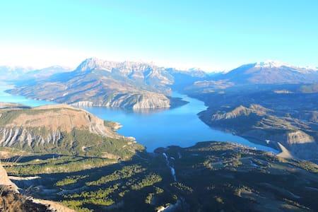 Gîte du mont soleil situé entre lac et montagnes. - Rousset - Luontohotelli