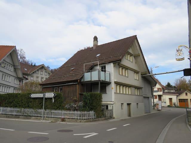 kleines Haus für kleine Leute - Oberhelfenschwil - Pousada