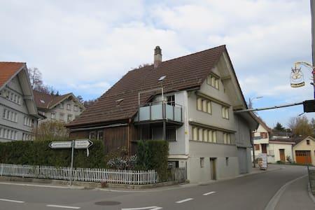 kleines Haus für kleine Leute - Oberhelfenschwil - Bed & Breakfast