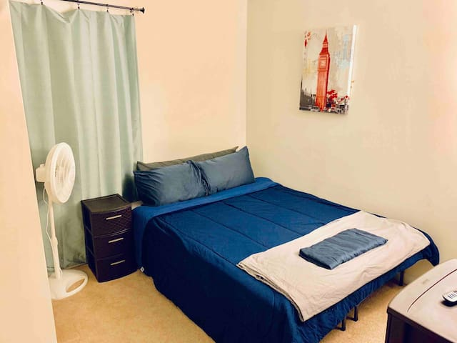 Townhouse bedroom in awesome location, Room 2