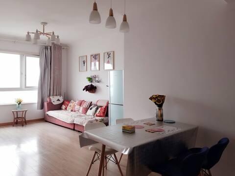两居室整套95平米,有电梯,交通便利,全新配置用品,生活设施配置全,可做饭,有停车场,市二院对面。