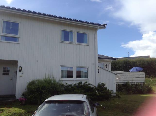 Velholdt 45m2 kjellerleilighet i kjedet enebolig - Gjøvik