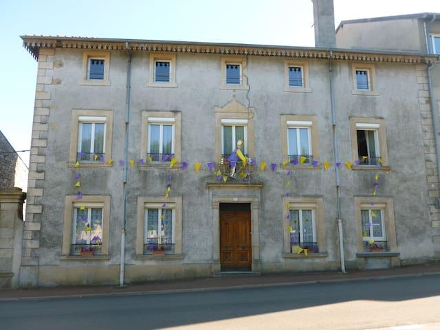 Appart spacieux au 2é étage d'une grande maison - Lalouvesc - Apartment