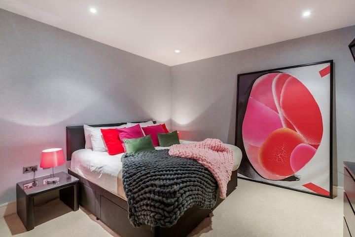 SuperKing Bed Luxury Ensuite Room by Big Ben MON2