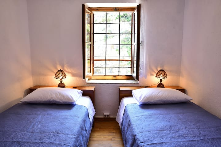 Single beds room with closet, with independent access to kitchen and bathroom.