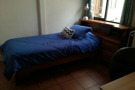 Cuarto #2... Cuarto con cama matrimonial.