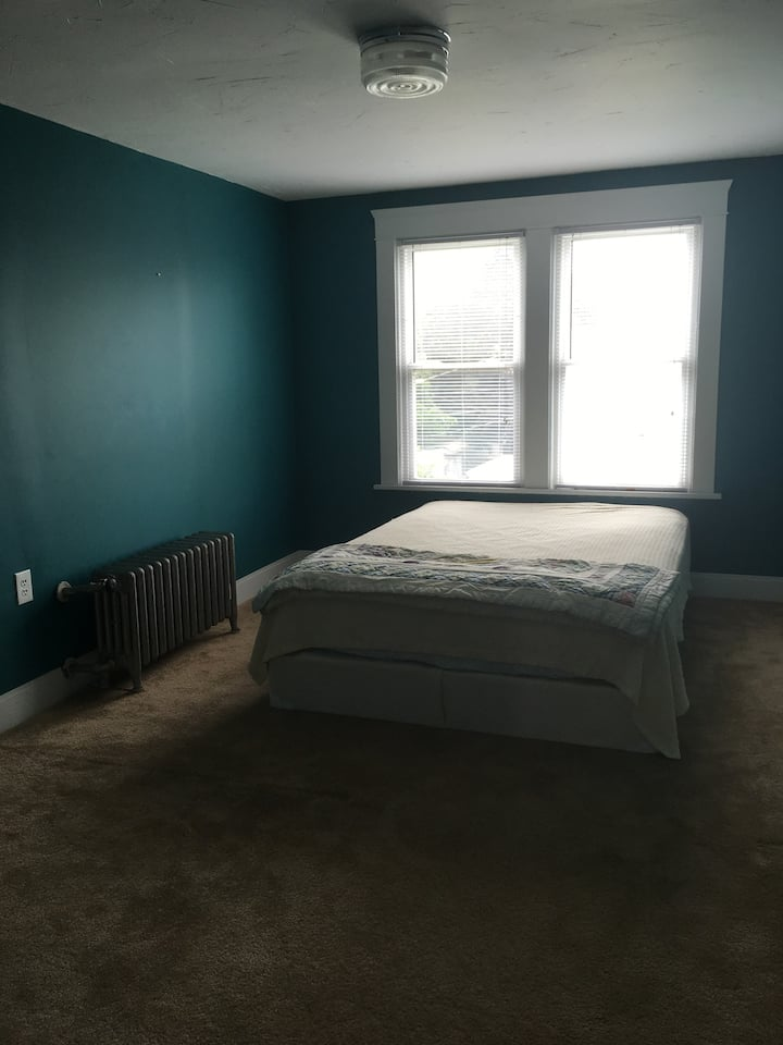 Private room, queen bed, 3rd floor, N Collinwood
