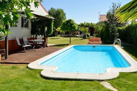 Casa rural con chimenea y jardín privado