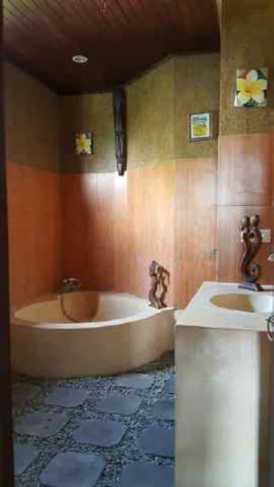 Bath room w/ bathtub