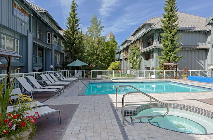 2-Level Luxury PH: Steps to lift, Hot Tubs, Pool