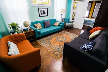 Chic Large Family home! Quick train or bus to NYC!
