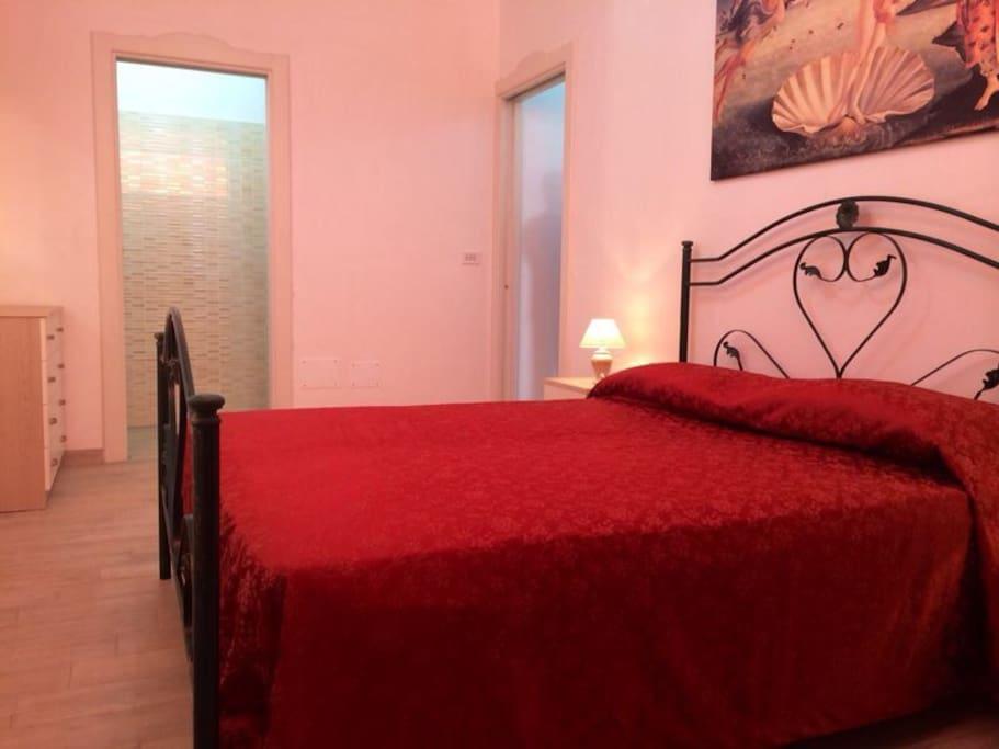 camera matrimoniale con bagno personale e possibilita' di mettere un lettino o culla da campeggio