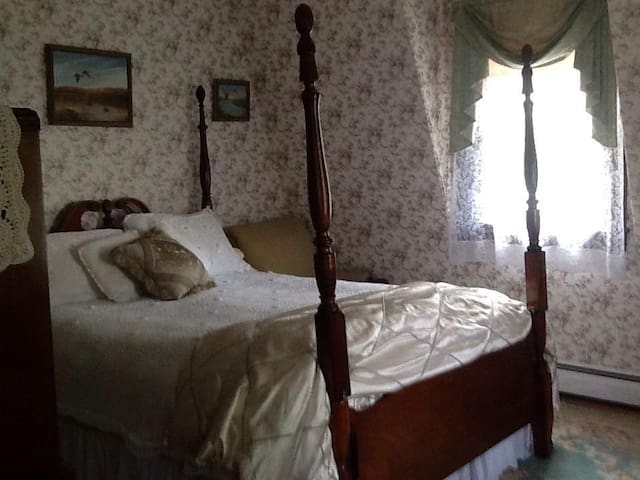 Seafield Cottage: Queen's Room - Narragansett - Bed & Breakfast