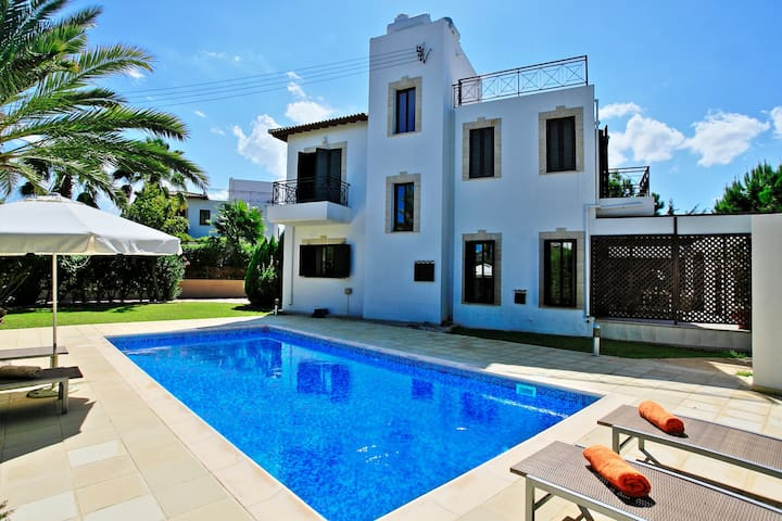 Beach Villa Anna: Close to beach with Private pool