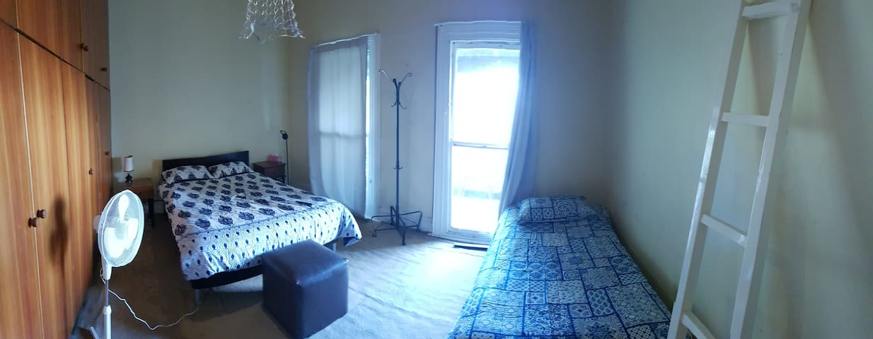 Cozy Room in Brunswick (fits 3)